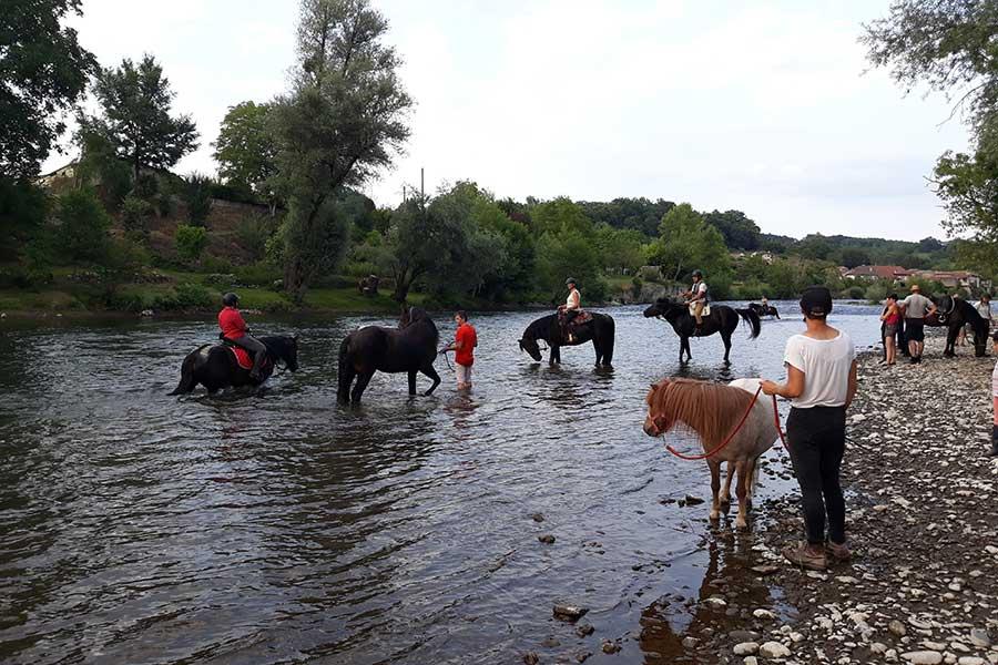 Les propriétaires Alegria et leurs mérens dans la rivière