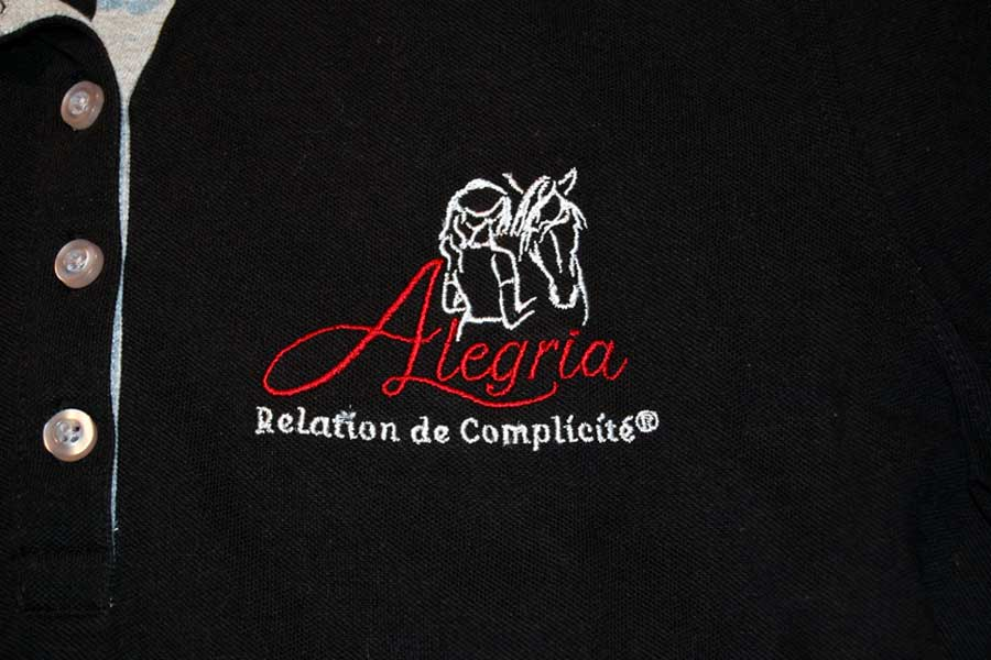 Polo noir détail du logo au dos