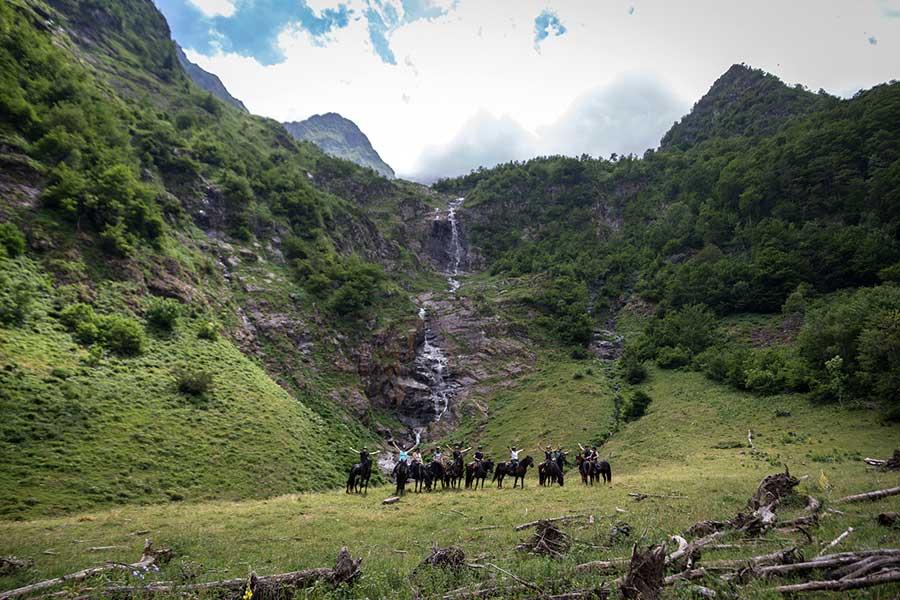 Photo devant la magnifique cascade de Bégé